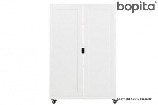 Een prachtige witte, 2-deurs kast uit de Bopita Mix and Match collectie. Deze kast op wielen is verrijdbaar en heeft drie horizontale legplanken.