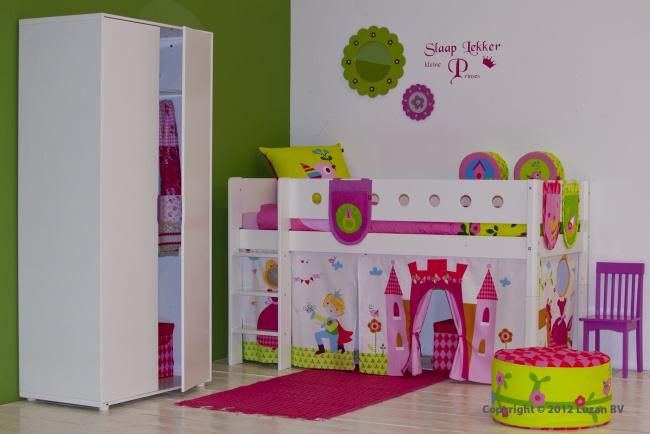 Een witte halfhoogslaper met speelgordijn in prinses-thema. Een schitterend meisjesbed dat niet mag ontbreken in een echte prinsessenkamer.
